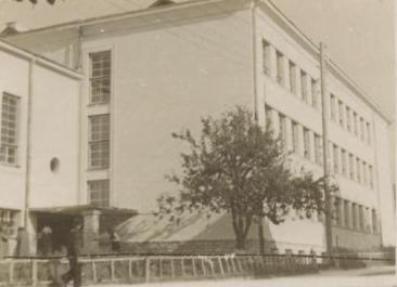 Erika Nõva (1938): Escuela Primaria en Haapsalu. Vista de la entrada principal.