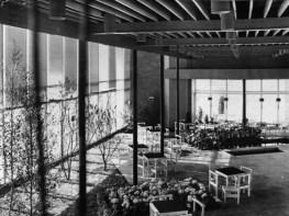 Valve Pormeister (1958): Lillepavilion. Fotografía del interior durante una exposición floral, 1960.