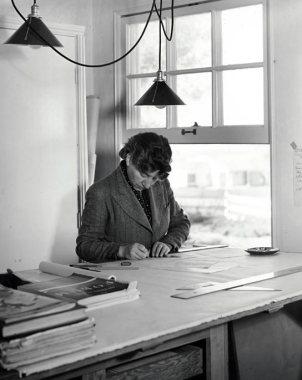 Lutah M. Riggs en su oficina, diseñando luego de su triunfo con el diseño de la residencia von Romberg.