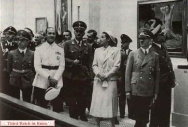 Gerdy Troost. Adolf Hitler visita la exhibición inaugural en la HDK. En la fotografía: Heinrich Himmler (izquierda) Josef Goebbels, Dino Alfieri (Embajador de Italia), Prof. Gerdy Troost (junto a Hitler), 1939