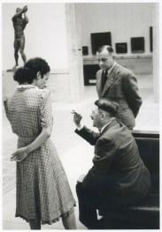 Gerdy Troost. Adolf Hitler con Gerdy Troost y el director Karl Kolb en La Casa de Arte Germano de Munich, julio de1940.