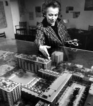 Chloethiel Woodard Smith presentando una maqueta del Capitol Park, c. 1960.