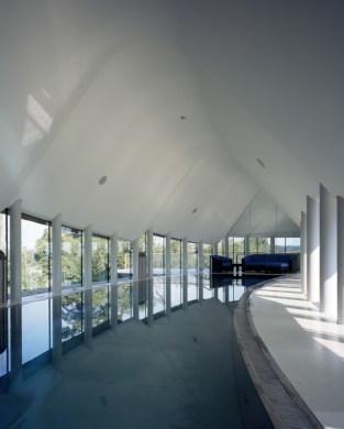 Kathryn Findlay. Casa de la pileta 2, Chilterns, Reino Unido (2009). La pileta está rodeada por una gran superficie vidriada.