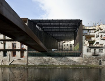 Carme Pigem, RCR Arquitectes + Joan Puigcorbé. Espacio público Teatre La Lira, Ripoll, 2003-2011
