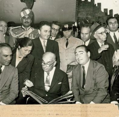Inauguración de la restauración de la Fortaleza Rumeli, Cahide Tamer junto al presidente Celal Bayar y el primer ministro Adnan Menderes, 2 de mayo de 1958