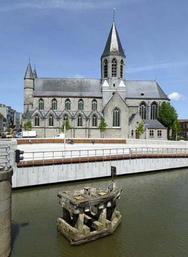 Marie-José Van Hee+Carmen Osten. Plaza del mercado y restauración de las riberas del río, Deinze, Bélgica, 2009–2013.