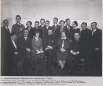 NINA VOROTYNTSEVA Oficina Proyectos Stromstroy. Izq-der-sentados N. Vorotyntseva L. Vesnin L. Slavina con V Vladimirov G Vegman y otros_1929