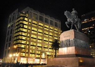 Eneida De León. Vista de la Torre Ejecutiva en Plaza Independencia, Montevideo, Uruguay.