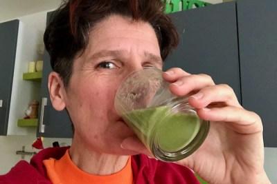 Gaelle qui boit le smoothie vert tout juste mixé