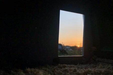 Lever de soleil vu depuis un poulailler