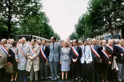 """Le maire de Paris et président du RPR Jacques Chirac (6e-G), avec à ses côtés, notamment (G-D), Jean-Pierre Fourcade, sénateur UDF de Hauts-de-Seine, Michel Poniatowski (UDF), Charles Pasqua (RPR), Michel Giraud (RPR), son épouse Bernadette Chirac, Claude Labbé (RPR), défile le 24 juin 1984 à Paris en tête d'une manifestation d'opposition de droite soutenant """"l'enseignement libre"""". Fondateur et ancien président du parti gaulliste Rassemblement pour la République (RPR), ancien maire de Paris (1977-1995), Jacques Chirac a été Premier ministre de Valery Giscard d'Estaing de 1974 à 1976. Il retrouve Matignon de 1986 à 1988 pendant le premier septennat du président socialiste François MItterrand. Au second tour de la présidentielle de 1988, il est battu par Mitterrand. Jacques Chirac a été élu président de la République le 07 mai 1995."""