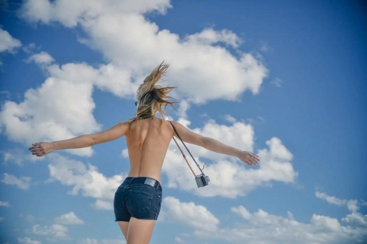 mannequin en short et seins nus