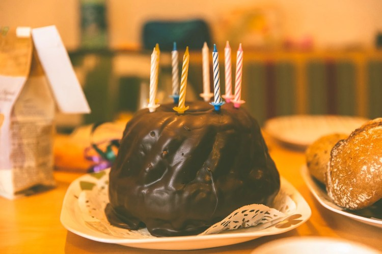 manger du gâteau et mourir le jour de son anniversaire