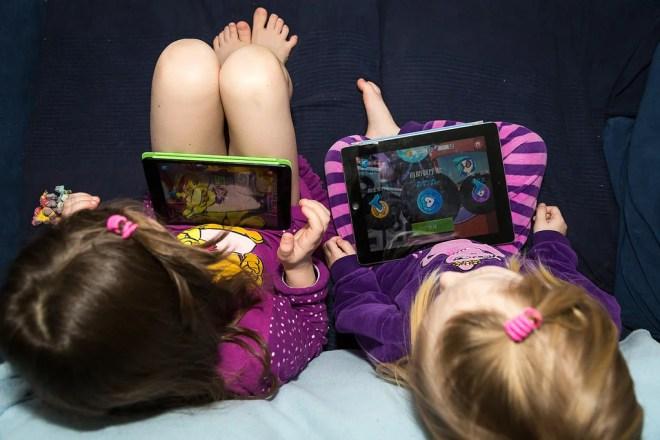 enfants jouant avec un ipad et un smarphone
