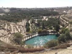 C'est une crevasse sous forme de corbeille d'où sortaient 152 sources pour irriguer la totalité de la palmeraie de Nefta