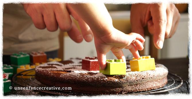 Décorer le gâteau avec des Lego