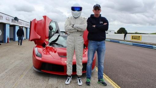 Chris Evans, le futur présentateur de Top Gear pose devant la Ferrari LaFerrari aux cotés du Stig.
