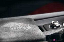 Essai Abarth 124 GT intérieur détail alcantara logo console centrale