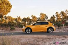 Essai Peugeot 208 2019 citadine jaune faro profil jantes