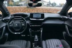 Comparatif Peugeot 208 0182 intérieur planche de bord écran i-cockpit