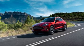 Aston Martin DBX 2019 dynamique roues SUV rouge