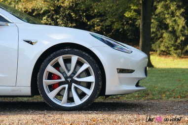 Essai Tesla Model 3 Performance 2019 profil jantes étriers freins rouge