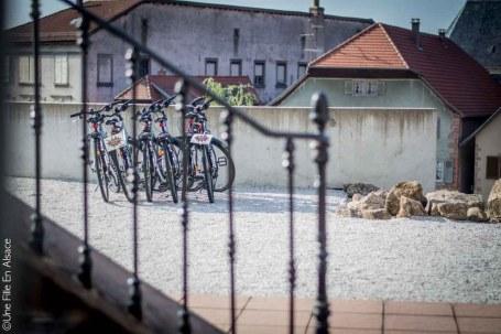 Location de vélos à l'Hôtel Val Vignes à Saint-Hippolyte - Photo Céline Schnell Une Fille En Alsace