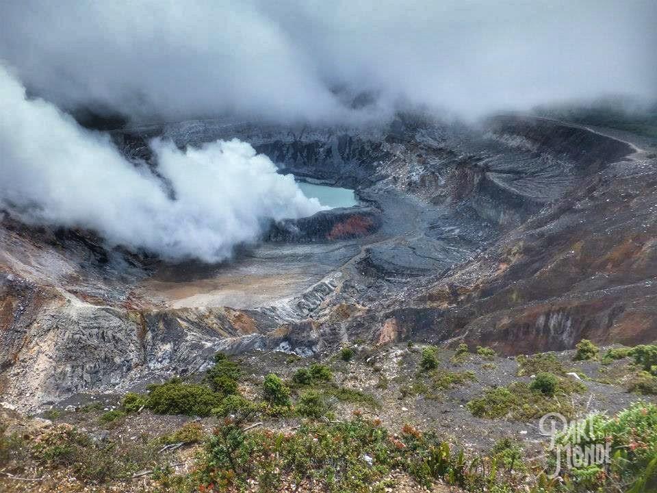 volcan poas cratère fumerolle