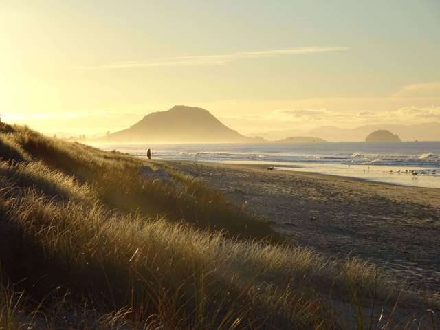 Beach-sunset-and-volcano-nature-photography-New-Zealand