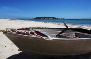 Colors_boat_on_shore_Hamelin_Bay_Australia