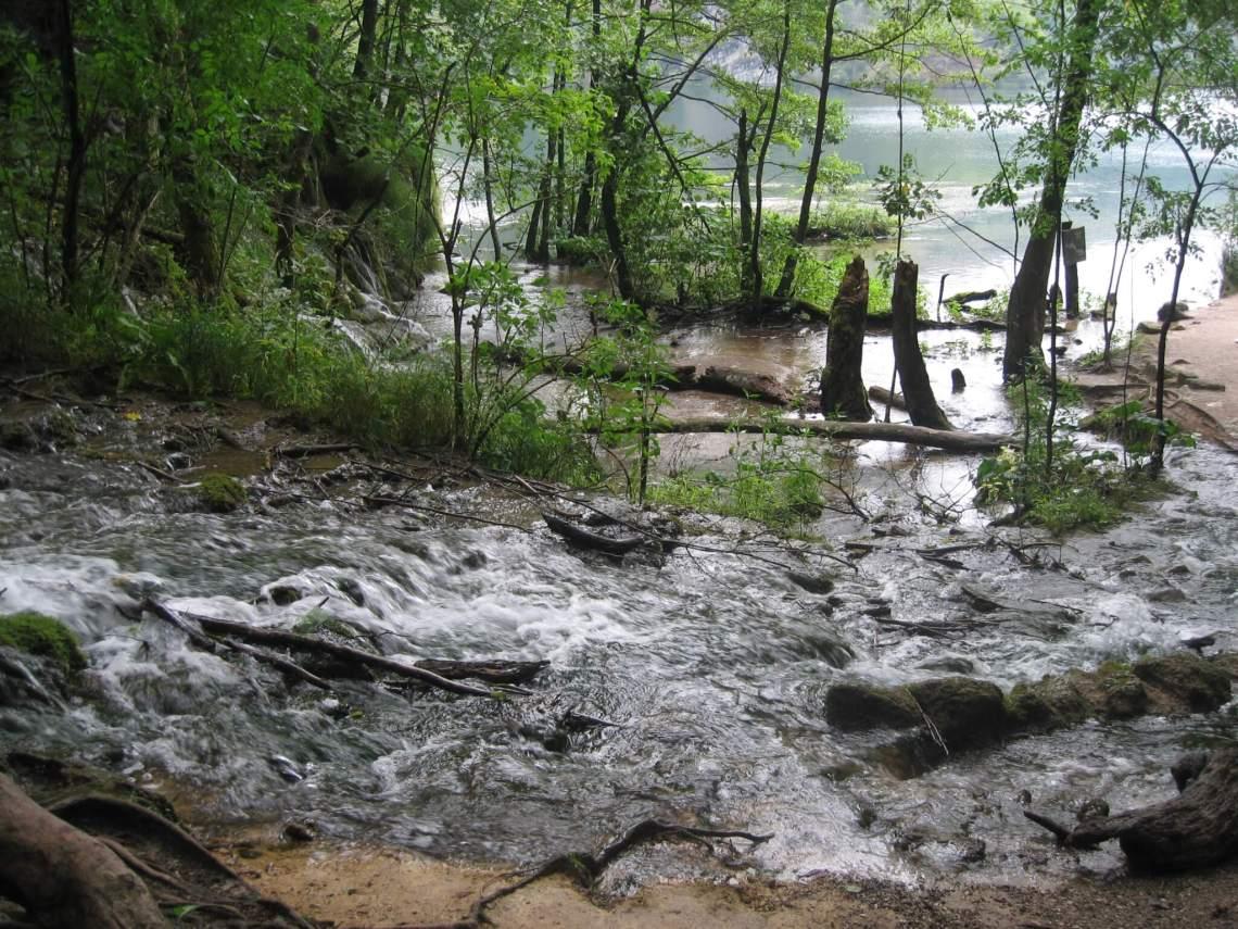 Snelstromend water bereikt een stilstaand meer in Plitvice