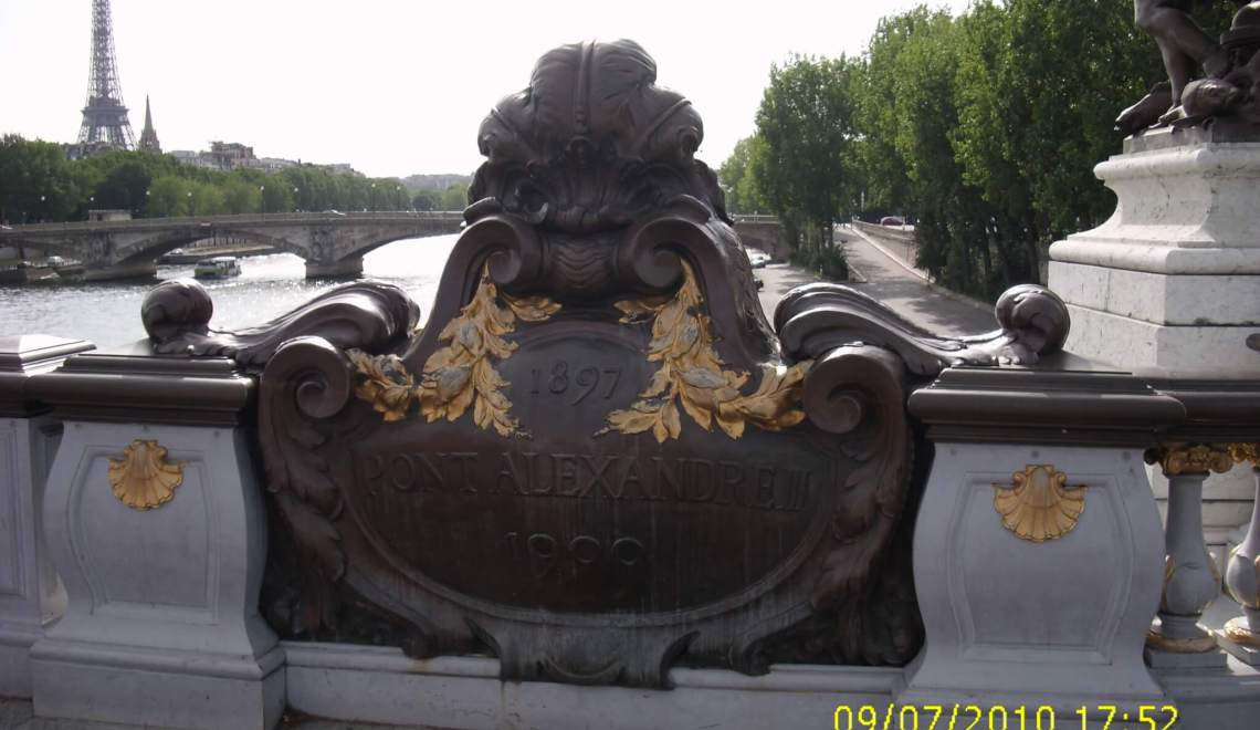 Brug in Parijs die zicht biedt op de IJffelltoren