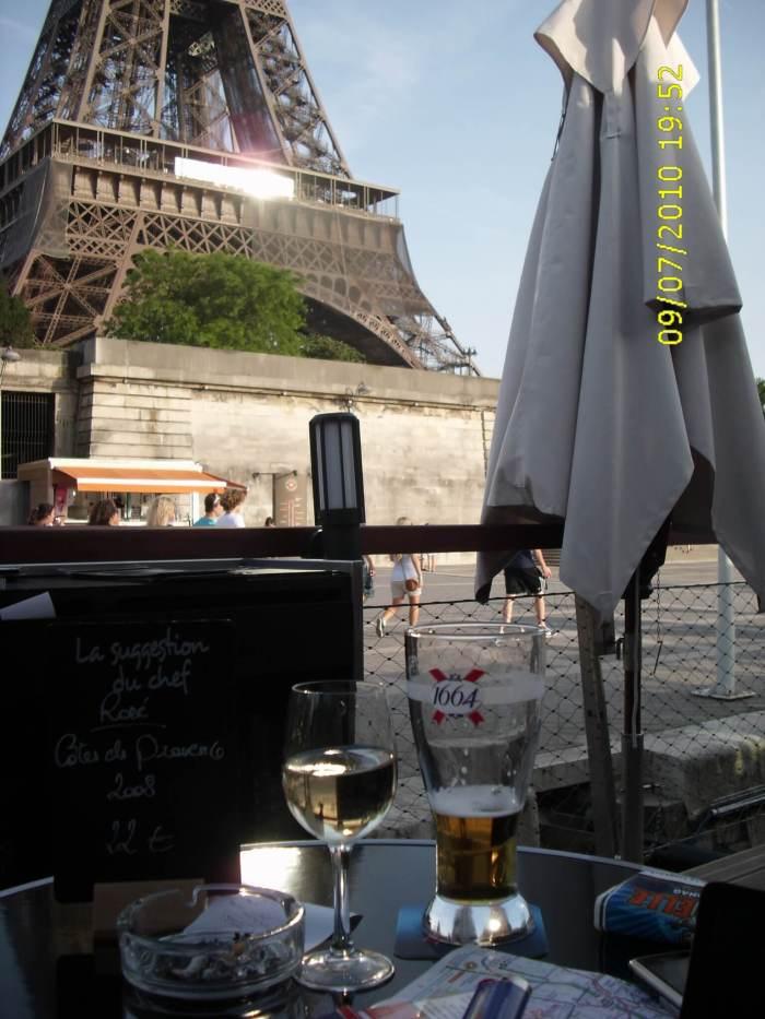 Zicht vanaf zonovergoten terras op Eiffeltoren in Parijs