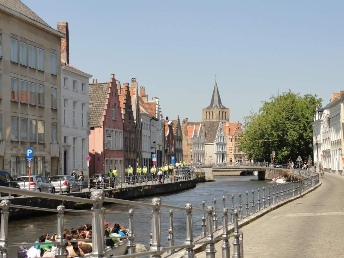 Toeristen in een bootje varen op een kanaal in Brugge