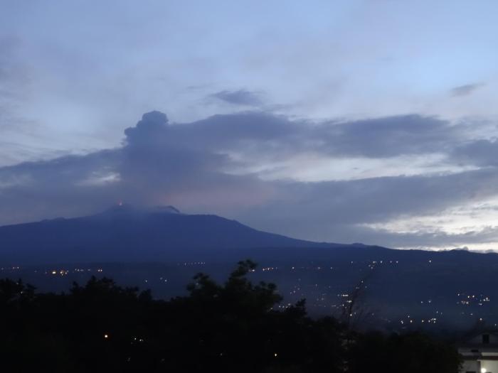 Lava spuit uit de Etna vulkaan op Sicilië