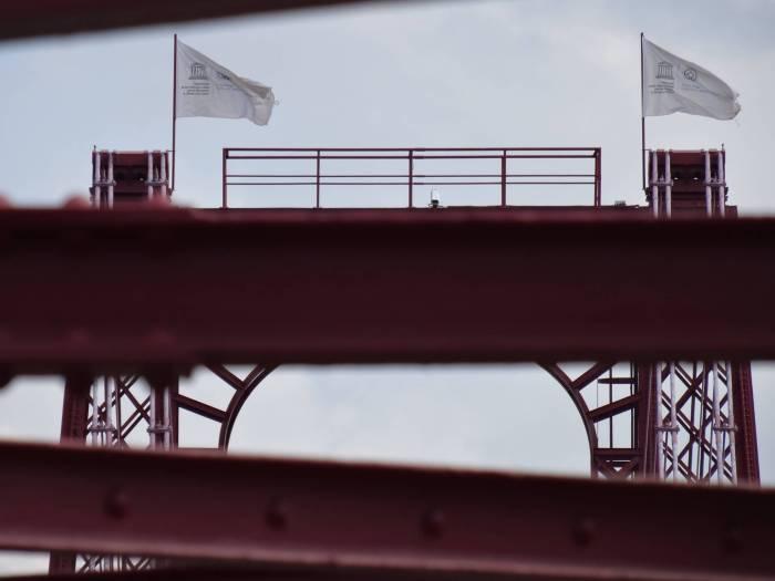 Unesco vlaggen wapperen op Vizcaya brug