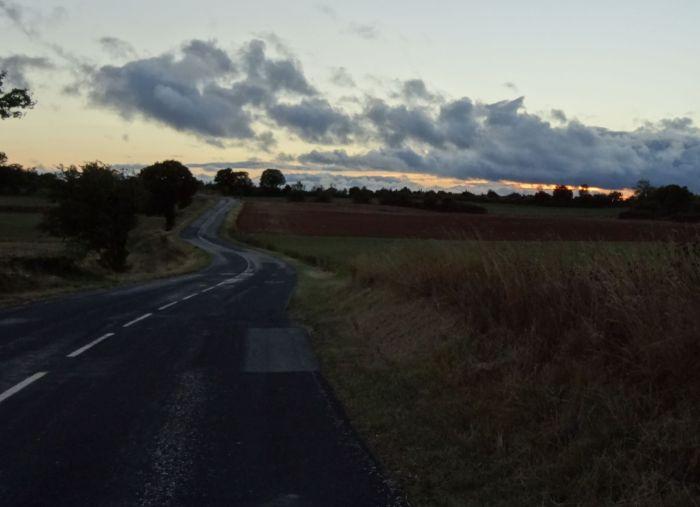 Kronkelende weg door een landelijke omgeving in het avondlicht