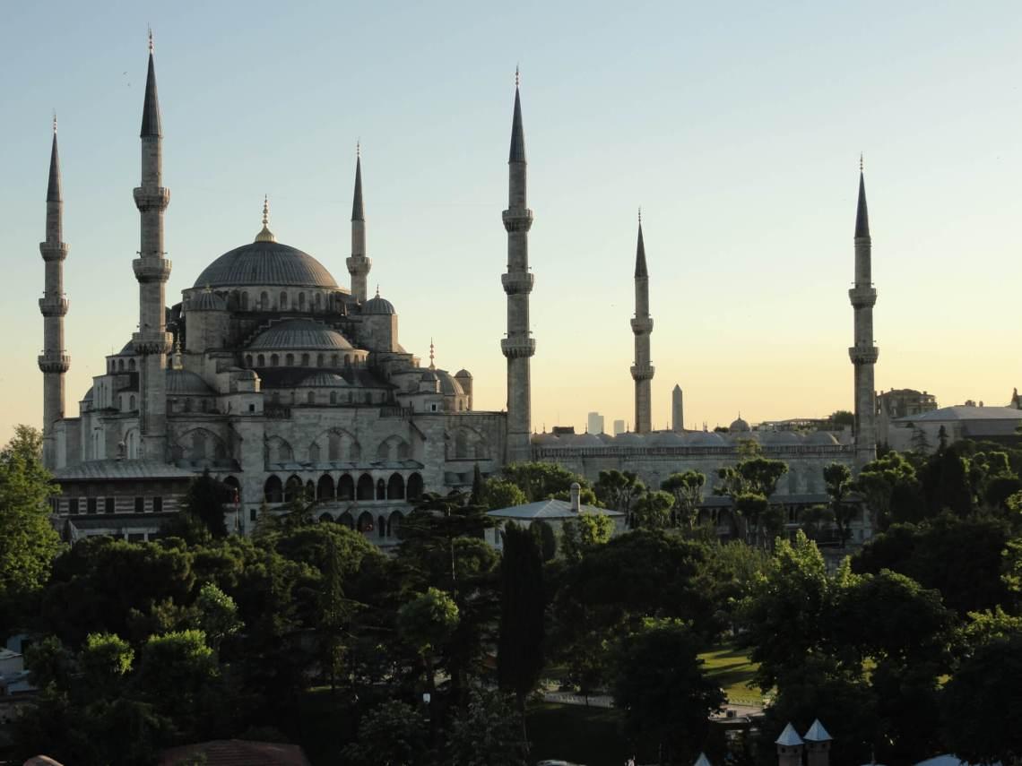 Blauwe moskee met zes minaretten in de avondschemering