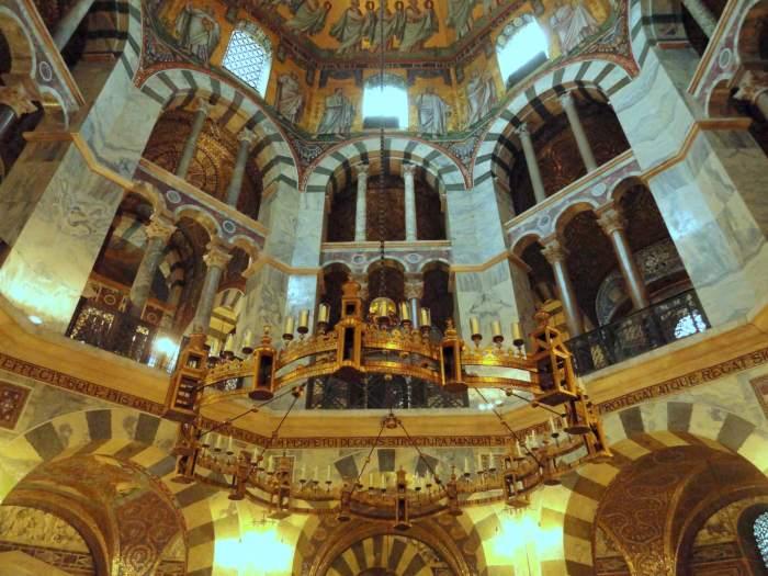 """""""Hemels Jeruzalem"""" uitgebeeld in een achthoekige kroonluchter"""