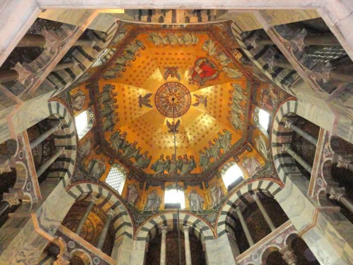 Blik op het plafond van de achthoekige hofkapel in de kathedraal van Aken