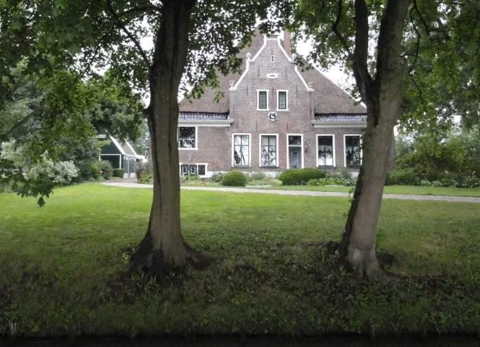 Stolpboerderij de Lepelaar in de Beemster geziend oor twee bomen