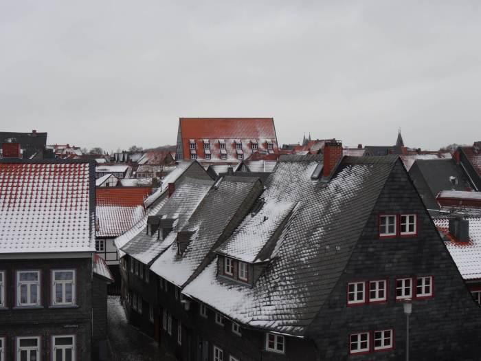 Besneeuwd daklandschap Goslar
