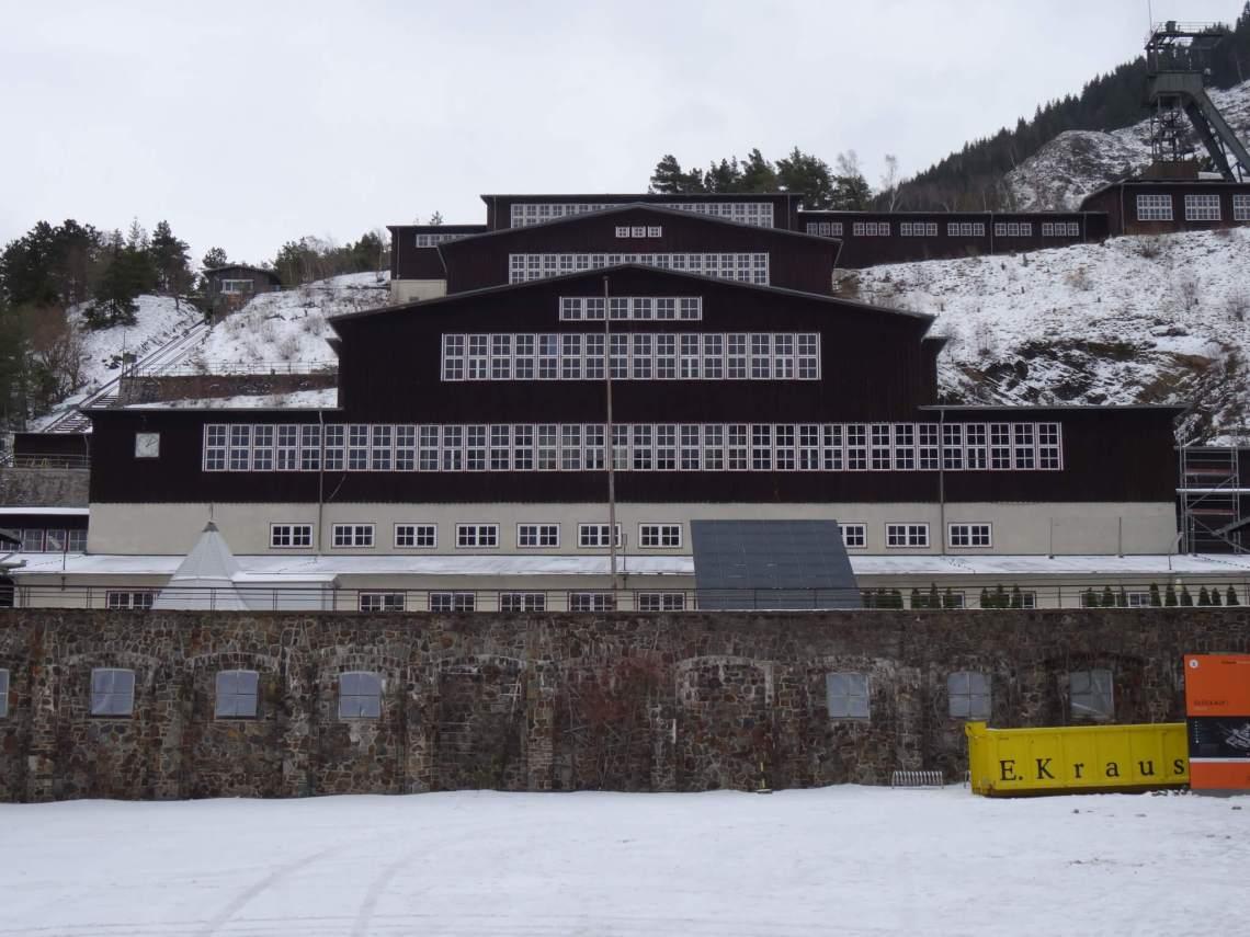 Gebouwen van de Rammelsbergmijn in de sneeuw