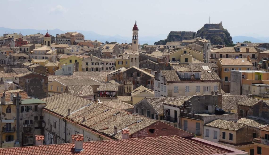 Uitzicht over Corfu met daken, kerktoren en burcht
