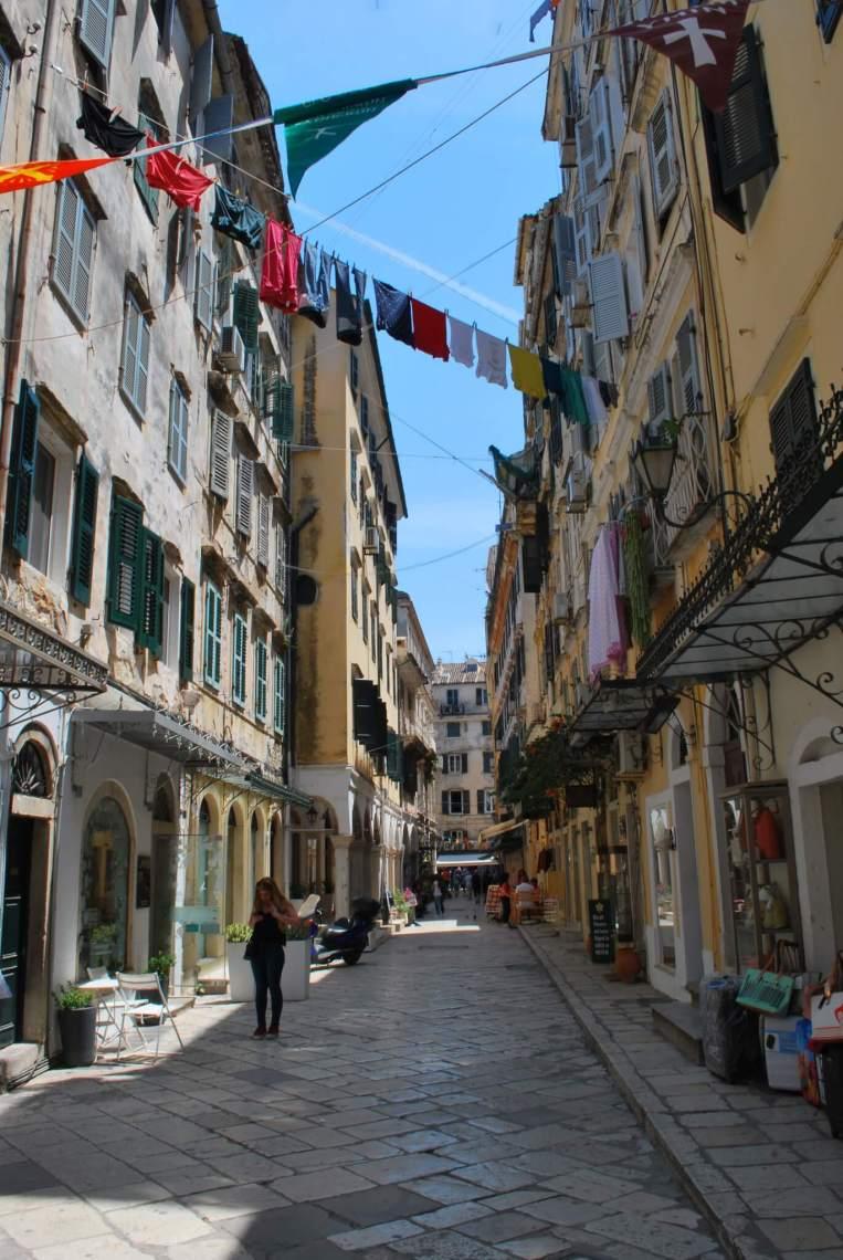 Straatje in Corfu stad met overhangende waslijnen