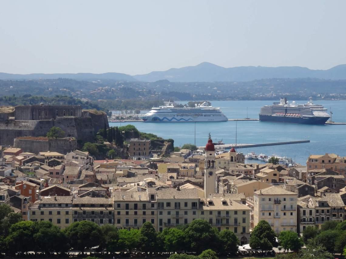 Een blik op het oude centrum van Corfu, cruiseschepen en het nieuwe fort