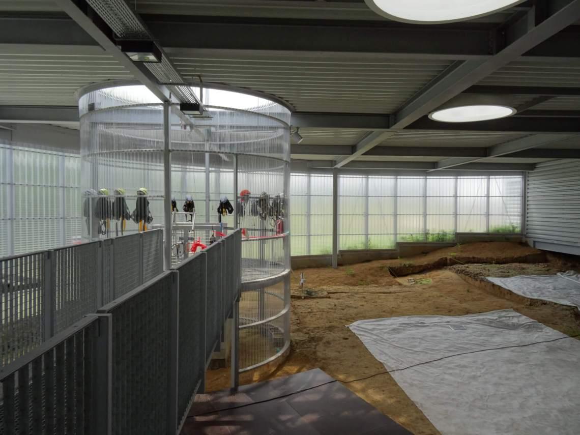 Ronde kooi met lift die naar de vuursteenmijnen van Spiennes leidt