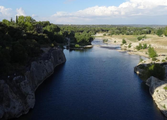Stromende rivier Gardon tussen rotslandschap