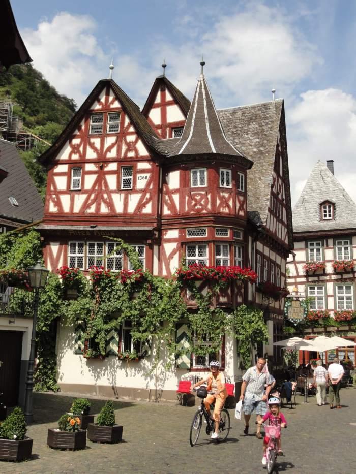 """Het """"Alte Haus"""" in Bacharach, een van de oudste vakwerkhuizen van Duitsland."""