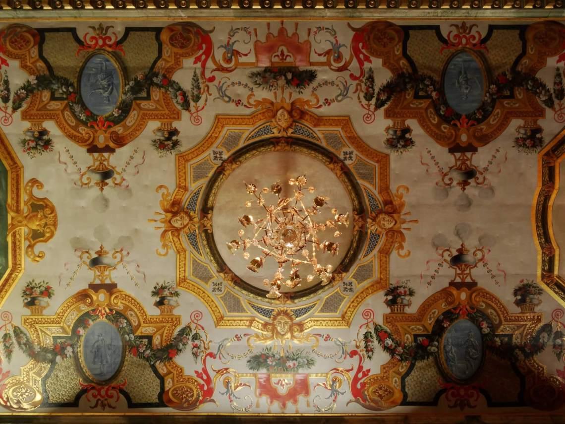 Weelderig plafond met bloemmotieven